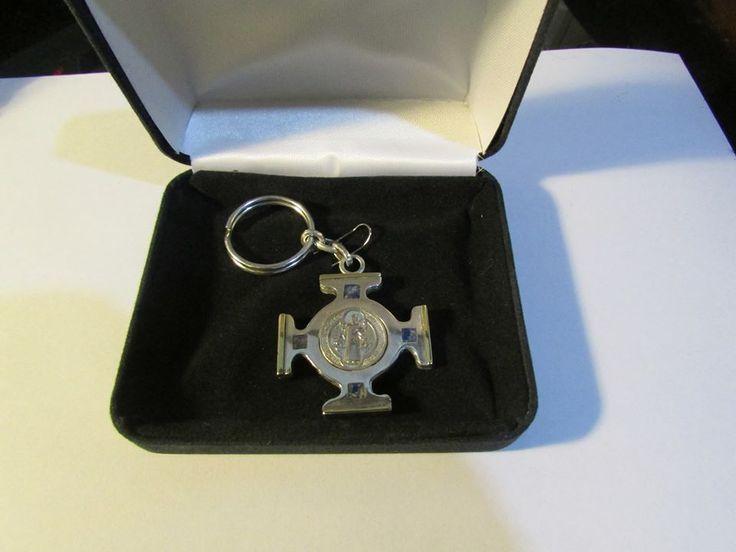 Llavero de plata con medalla de San Benito hecho a mano por Orfebrería de la Cruz