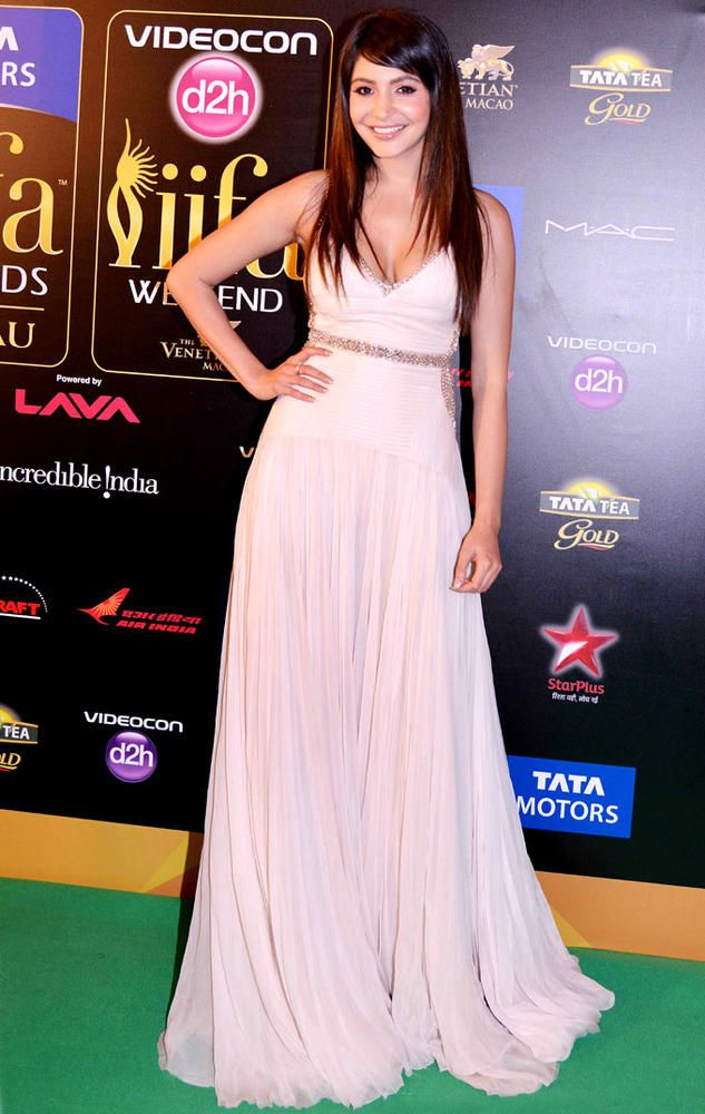 Anushka Sharma on the IIFA 2013 Green Carpet #Bollywood #Fashion