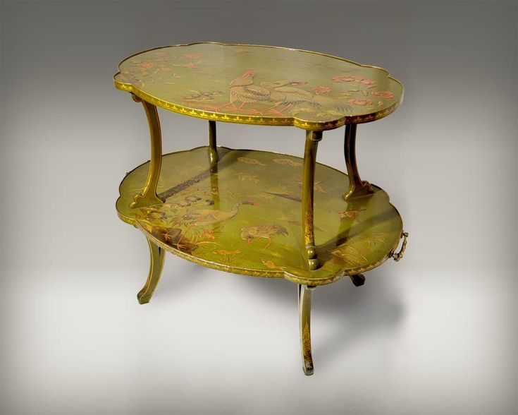 ESCALIER DE CRISTAL, Tea table decorated with Vernis Martin technique. This technique was invented in the 18th century by the Martin brothers who wanted to imitate the look of Japanese and Chinese lacquers, at a time when these were very rare in the West