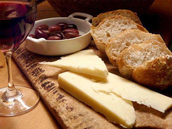 Degustation un buen queso marinado con un buen vino.