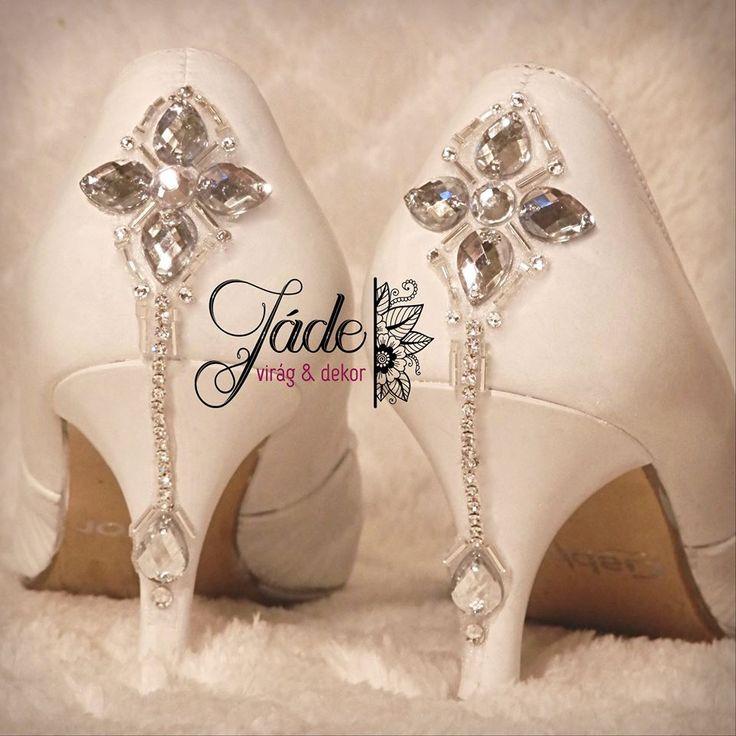 #menyasszonyi #cipő #magassarkú #strassz #kristály #cipődísz #kézműves #esküvői #kiegészítő #szalagavató #fehér #ezüst #különleges #wedding #shoe #shoes #highheel #strass #crystal #rhinestone #white #bride #luxurywedding #luxurybride #broochbouquet #jewelerybouquet #ékszercsokor #brosscsokor