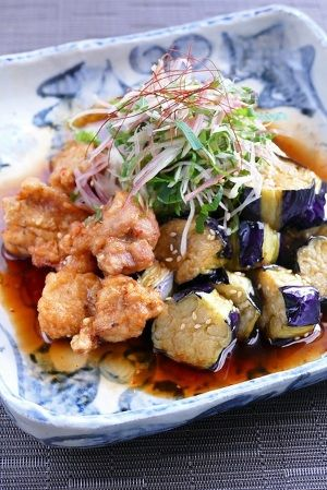 鶏の唐揚げと揚げ茄子を中華南蛮ダレに合わせたボリュームたっぷりの一品です。 千切りの薬味をふんわり天盛りにして風味良く頂きましょう。