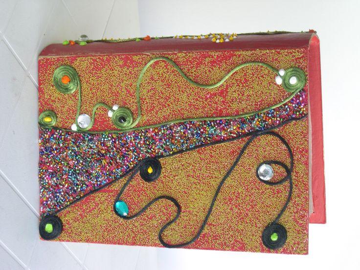 Caixa livro decorada com microesferas.  Contornos em 3D efectuados com Cola Lantejoula coberta com esferas douradas.