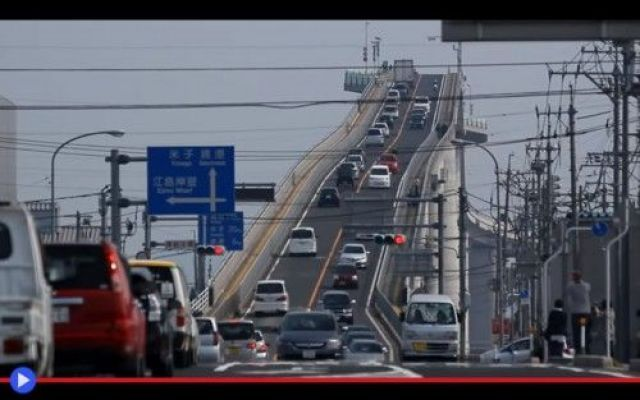Scalando il ponte più pauroso del Giappone Comparve per la prima volta su scala globale nel 2013, a seguito di una celebre pubblicità realizzata dalla più antica casa automobilistica del paese, la Daihatsu, per uno dei suoi caratteristici mod #giappone #ingegneria #ponti #mitologia