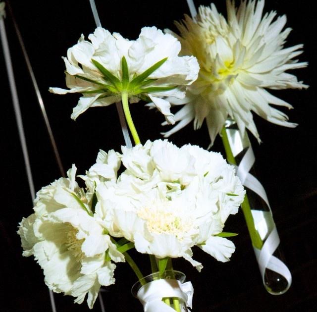 hangende witte pioenrozen en chrysanten in decoratiebuisjes
