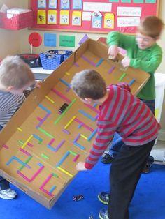 Un labyrinthe géant (boite, paille, gun à colle et quelque chose qui roule) pour encourager le travail d'équipe, la communication et la coordinnation de mouvements. Plusieurs heures de fun en perspective!