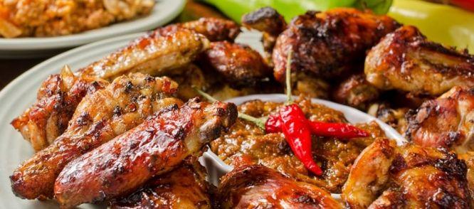 Deze kippenvleugeltjes worden heel langzaam gaargestoofd in een overheerlijke, pittig/pikante saus. Probeer het recept en geloof me, dit is Smullen...