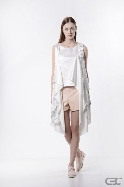 http://cbcdesign.ro/en/shop/maieu-pure-cream/ Top with elongated back, split on its sides, from a textured fabric with metallic insertions. An apparently basic piece – it truly is the perfect base upon which to build a clean, casual outfit or a complex one, with layers of tops, vests and pullovers.