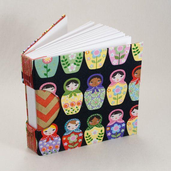 Deze 5.5 inch vierkante boek met lege paginas zal worden ideaal voor drankrecepten, partij plannen of kostuum regelingen. Het is een groot formaat voor een dagboek, een notebook of een schetsboek. De bekleding is stevig en duurzaam. Ik gebruik decoratieve stukken voor het einde paginas en glad papier voor de paginas. De stijl belicht, niet-klevende bindende heet knoopsgat, die zowel decoratief als functioneel. Ik hou van het gebruik van deze binding, omdat het boek flat opent zonder…