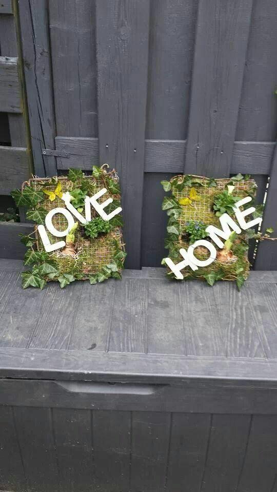Love home - decoratie lijst van gaas met mos, bollen en hedera