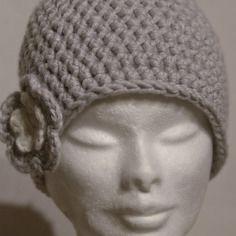 Bonnet au crochet gris clair avec fleur bicolore