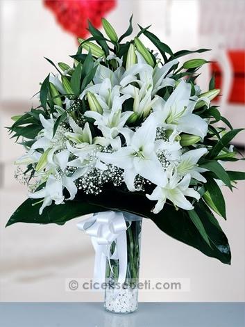 Onunla kurduğunuz en güzel hayaller, içinizden taşan sevginizle birlikte, beyaz lilyumlarla dolu bu güzel vazonun içine saklandı, o güzel hayalleri gerçek yapmak için geliyor.  http://www.ciceksepeti.com/cam-vazoda-kokulu-lilyumlar
