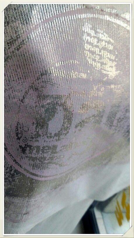 Shoppers stampata con timbro in resina liquida su fondo serigrafico passato a rullo in caucciù . Effetto argento con foil argento