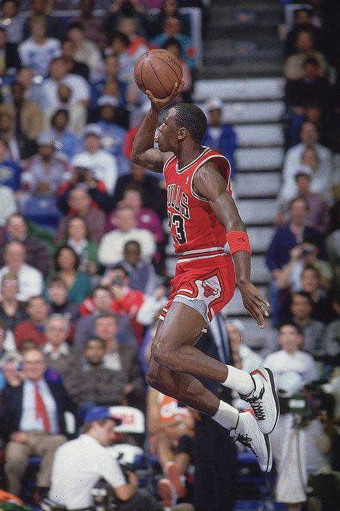Michael Jordan apunto de hacerse un mate