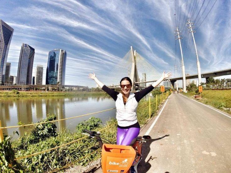 Vá de Bike: eu costumo alugar no projeto Bike Sampa, conhecido também como Mobilicidade, parceria entre o Itaú e a Prefeitura. Além desse, existe a opção de alugar pelo movimento CicloSampa, um projeto da Prefeitura em parceria com o Bradesco e o Movimento Conviva. Em São Paulo também existem diversas lojas especializadas que alugam bikes, além desses projetos que citei. Outro local que sei que oferece esse serviço é o Shopping JK Iguatemi, que aluga bicicletas, skates e patinetes.