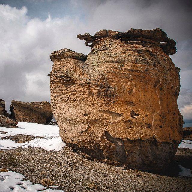 """А Вам слабо положить такой грибочек в корзину?! На северном склоне Эльбруса в урочище Бырджаль, на высоте около трёх тысяч метров на небольшой, (250 на 100 метров) ровной, чуть наклонённой площадке имеются удивительные, нигде более на #Кавказе не встречающиеся, #скальные образования. Кудесник-Природа изваяла в этом месте из слабо сцементированного кремневого туфопесчанника более двух десятков скульптур, прозванные """"ГРИБАМИ"""". На некоторых Грибах обнаружены лунки и углубления. Такие камни в…"""