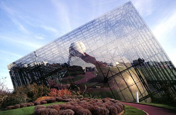 L'Omnimax et le Pavillon du Futuroscope dans son reflet.