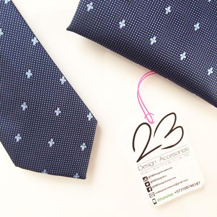 ¡Nuevo ingreso a colección! #Ref62CP #RBBlueKingSkyBlueFlowers • Juego de #Corbata + #Pañuelo #Pocket • Juego de textura media color azul océano con puntos pequeños en azul claro y flores pequeñas en color azul pastel • Medidas • Medidas 📏6cm de ancho de la corbata • 💲Precio juego (Corbata + Pañuelos Pocket $75.000)   📦Pedidos en Bogotá y todo el país 🇨🇴WhatsApp 📲+573108746187 📩 mail rbdesignaccesorios@gmail.com • Entregas vía 🛵#Vueltap 🚛#Servientrega & 🚚#Deprisa