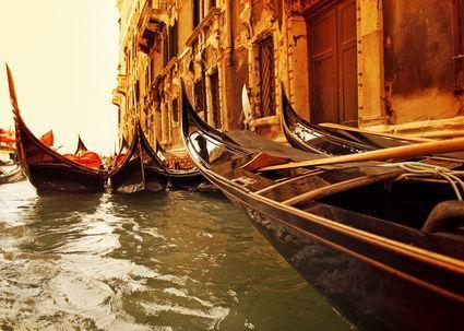 http://images.placesonline.com/photos/5560_venezia_gondole_tradizionali.jpg