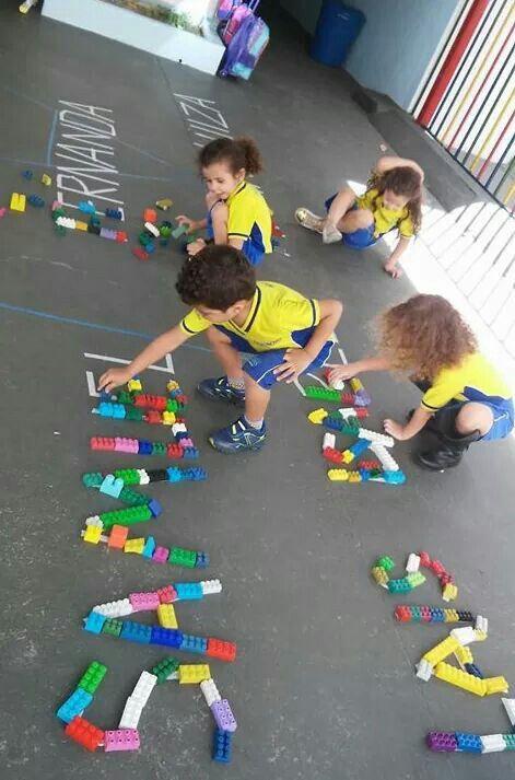 Legos sobre letras de tiza