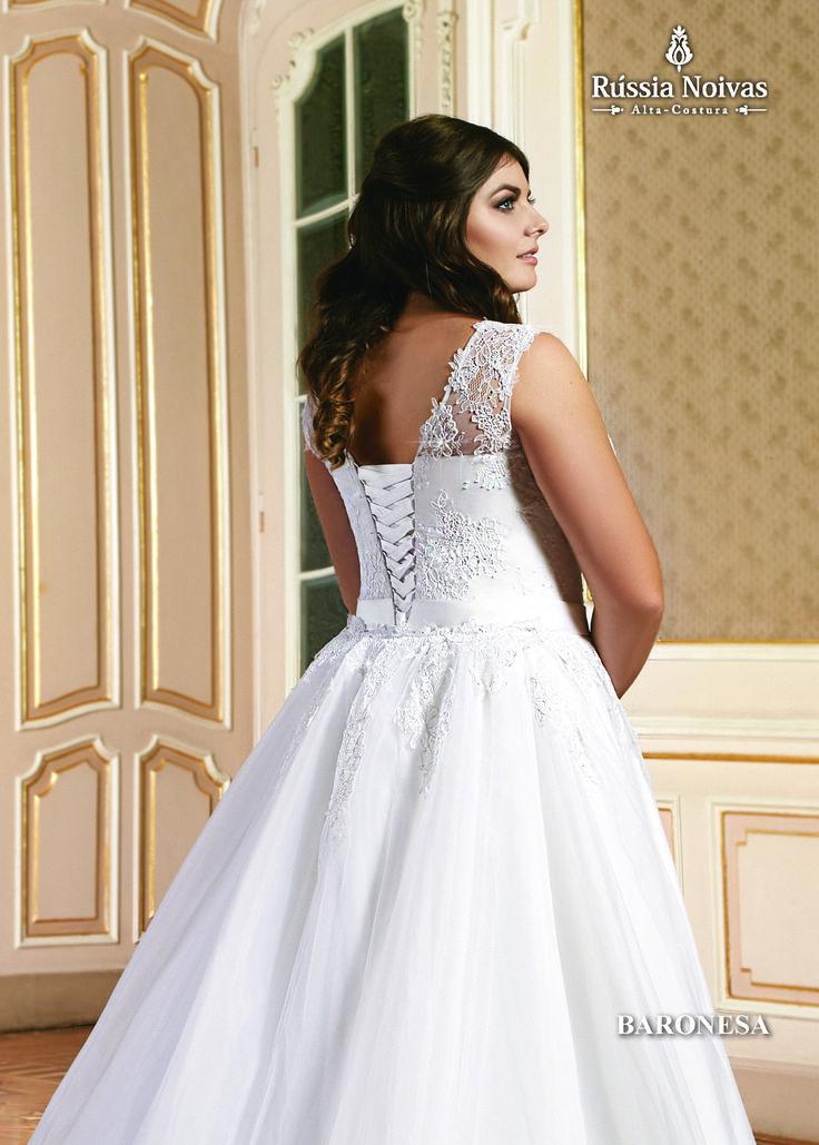 BARONESA - é um título nobiliárquico existente em muitas monarquias. O vestido Baronesa se inspira na grandiosidade da denominação. Para saber mais, acesse: www.russianoivas.com #vestidodenoiva #vestidosdenoiva #weddingdress #weddingdresses #brides #bride