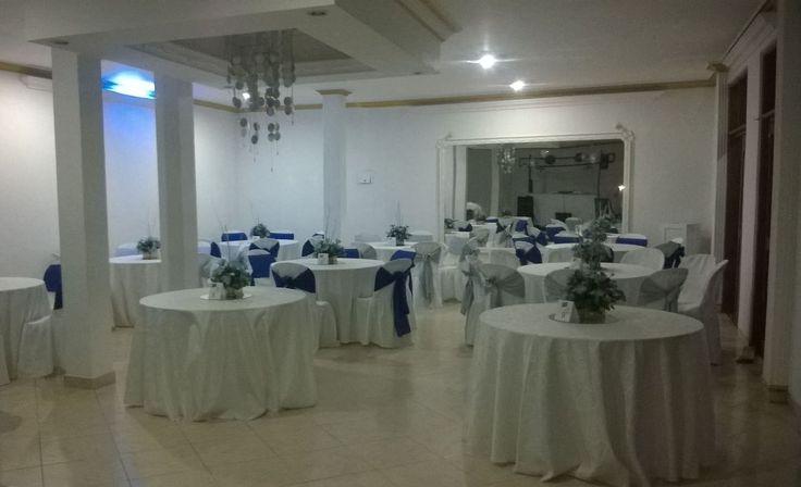 Carta de colores de la boda: Blanco, plateado y azul