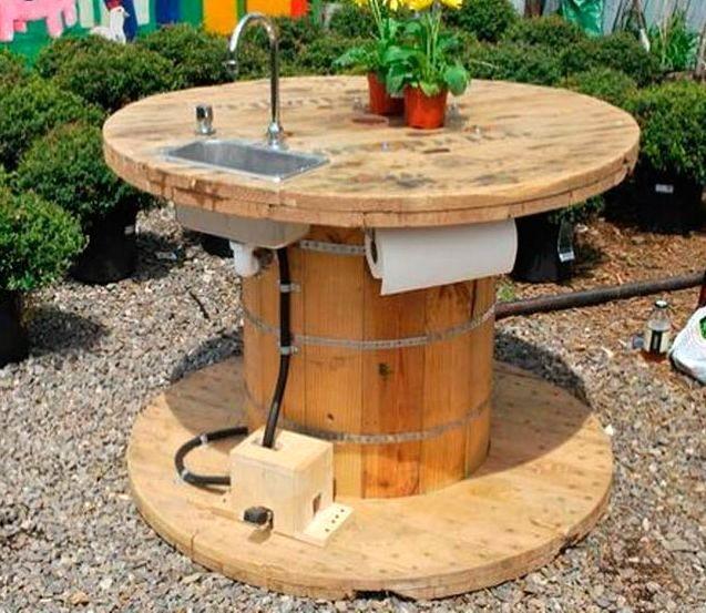 садовый стол - мойка из катушки от кабеля