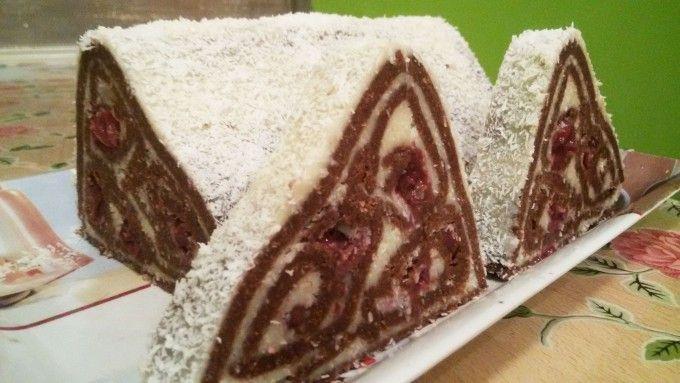 Nepečená kokosová pyramida s višněmi