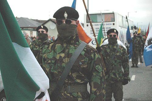 IRA (Ejército Republicano Irlandés). Surgió como ejército de la República de Irlanda, que había sido proclamada durante el Alzamiento de Pascua de 1916 e instaurada por el primer Parlamento Irlandés en enero de 1919. Constaba de los Voluntarios Irlandeses y del Ejército Ciudadano Irlandés, organizaciones que databan de la 2ª década del siglo XX y desempeñaron un papel fundamental en dicho alzamiento.