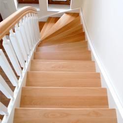 http://treppenprojekte.de/ - Das ist eine schöne Treppe aus Polen die mit einem sehr hellem Design daher kommt. Vollholz und und sehr schön für helle Häuser #treppen #treppe #vollholz #Holztreppe #Design #Haus #Hausbau #Treppenhaus #polen #treppenbauer