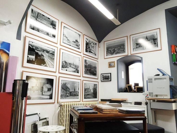 Takhle krásně historické fotografie vypadají na zdi v našem studiu. Přijďte se podívat.