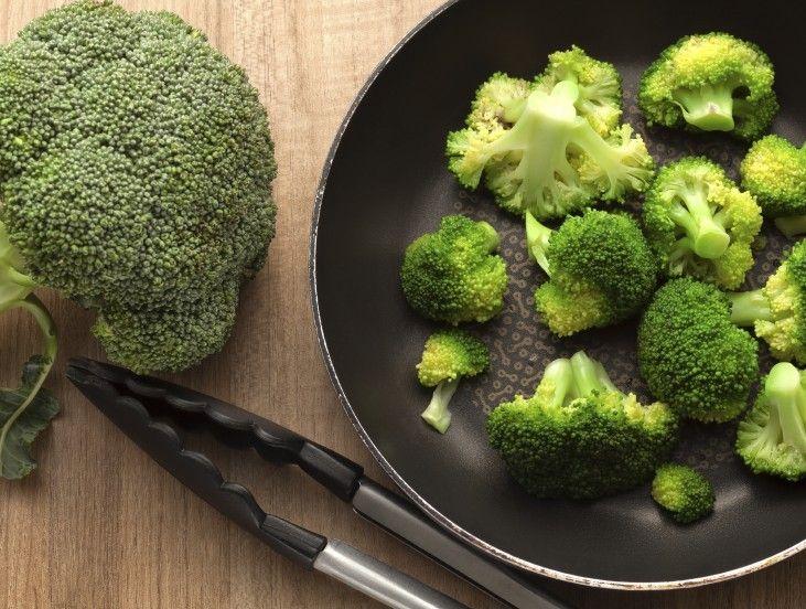 De snelle en gezonde lunch-salade. een halve (gekookte) broccoli, 50 gram feta, 1 hand gezouten pistachenootjes, 1 pluk peterselie, sap van een halve citroen, olijfolie, peper en zout. Een fijne bijkomstigheid is dat deze salade na 12 uur nog steeds erg lekker is, én dat ie tegen een stootje kan, want je wilt 'm natuurlijk wel meenemen naar je werk. Uit welke ingrediënten bestaat jouw favo gezonde lunch-salade? Maak een foto, deel 'm op Instagram met #LaPlace en laat ons watertanden… #recept