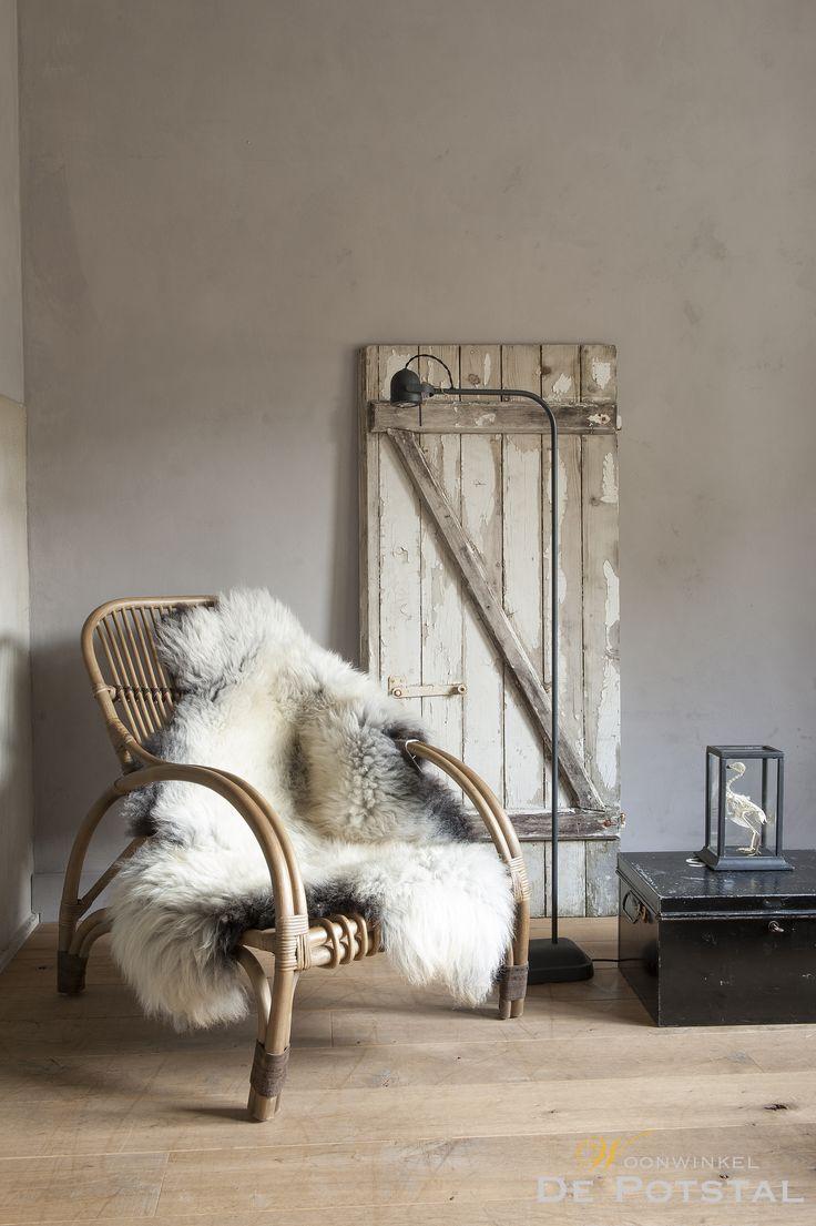#veranda #stoel #antiques #lighting #tierlantijn #brocante #vintage #schapenvacht #oudeluiken #interior #valburg #hoffz