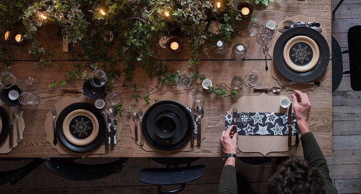 È il momento di apparecchiare. Il grande piano quadrato è composto da due tavoli MÖRBYLÅNGA affiancati, che offrono spazio per sedersi tutti comodamente a tavola. Al centro una composizione di piantine verdi e candele, dal grande effetto scenografico, aiuta a creare una bella atmosfera di festa.