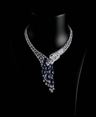 Colar Poderoso: Pantera Cartier. colar em platina com 8 safiras azuis do Ceilão em lapidação cabochão totalizando 79.27 quilates, diamantes lapidação briolet, brilhantes, pintas de safira azul, nariz de ônix e olhos de esmeralda.