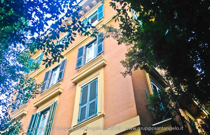 VILLA TORLONIA - in palazzetto signorile dei primi anni del '900 ubicato di fronte a Villa Torlonia e dotato di ascensore, appartamento posto al terzo piano con quadrupla esposizione.  Si compone di ingresso, salone doppio con splendidi affacci sulla Villa, 4 grandi camere da letto, 2 camere singole, cucina abitabile, doppi servizi e 3 balconcini.  Soffitti alti 3,65 mt. Appartamento da ristrutturare completamente.  Completa la proprietà una cantina al piano seminterrato.