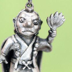 天狗は日本で古くから伝承されている神とも妖怪ともいわれる伝説上の生き物です。一般的に赤顔で鼻高、背中には翼があり山伏の姿であらゆるものを吹き飛ばす扇子を持ち、一本足の高下駄を履いているとされています。神通力を持ち、その力で人の願いや思いを叶えると言い伝えられています。サイズ:縦26㎜×横18㎜素材:silver925チェーン:45㎝アジャスターチェーン『動物ハンドメイド2016』