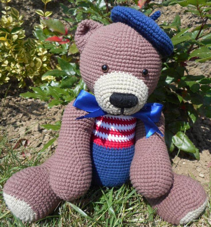 Je suis Française, enchantez! Háčkovaná hračka-medvídek vyplněná PES kuličkami-rounem. Medvídek je uzpůsoben pouze k sedu a takto měří cca 23 cm. Oči jsou bezpečnostní. Lze jej šetrně vyprat.