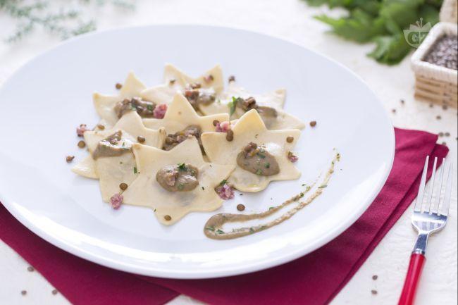 Questi ravioli sono pensati per la tavola delle feste natalizie e sono  preparati con pasta fresca all'uovo ripiena di cotechino e conditi con una delicata salsa alle lenticchie.