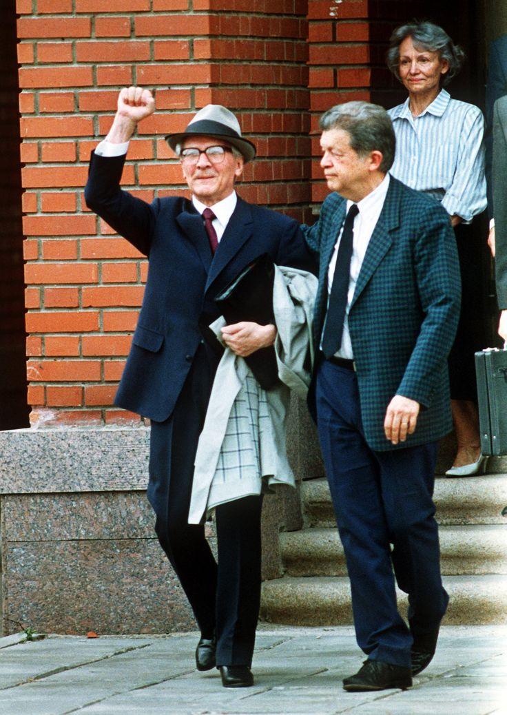 Die geballte Faust hochgereckt verläßt der ehemalige Staatsratsvorsitzende der DDR, Erich Honecker (l), am 29. Juli 1992 die chilenische Botschaft in Moskau.   Bildrechte: dpa