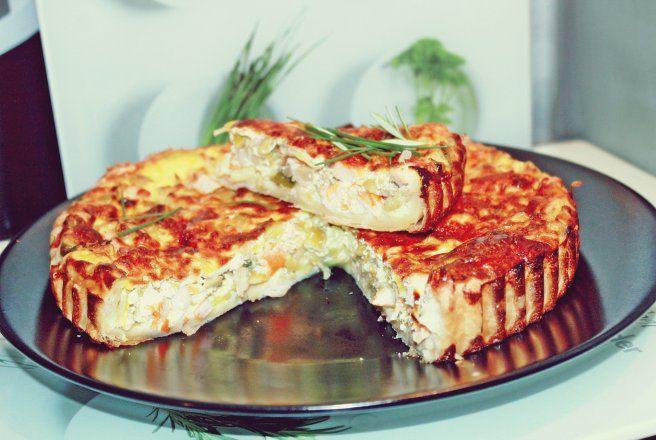 Retete Culinare - Tartă cu praz, pui, ciuperci, măsline verzi umplute cu anșoa