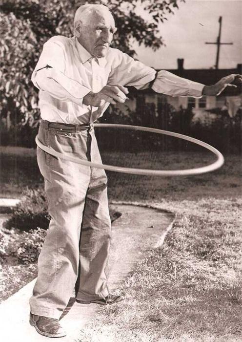atomicfleck:    Old gentleman using a hula hoop, 1950s.
