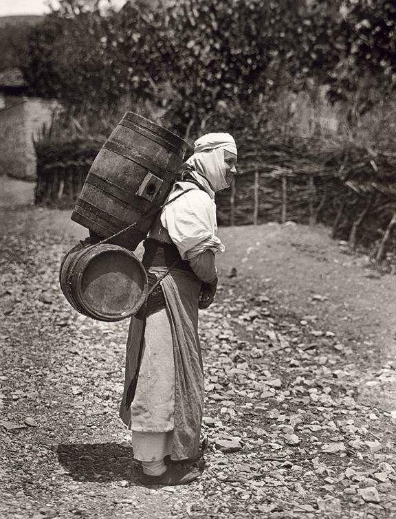 Fred Boissonnas-Δελβινάκι,γυναίκα με τα νεροβάρελα πάει στη βρύση 1913.