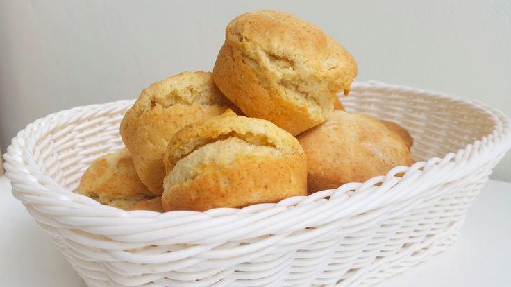 Scones är ett gott och lättbakat bröd som man snabbt slänger ihop. Trots att de är lätta att baka är det lätt att misslyckas med dem. Använder du fel teknik så kan du få klumpiga, torra och kompakta bröd. Dom kan även förbli degiga inuti trots att dom är hårda utanpå.Känner du igen dig? Här kommer receptet på världens bästa scones!