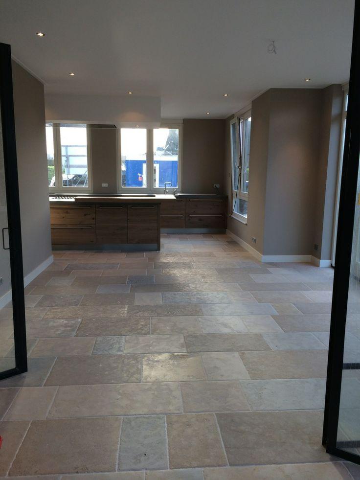 Bourgondische dallen // French limestone Schitterende vloer met mooie warme tinten. Oppervlak is licht verouderd. Meer informatie: www.kersbergen.nl