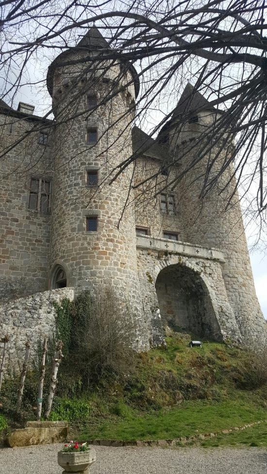 Le château de Pesteil . Cantal. Auvergne