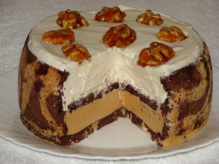 TORT CONTEMPORAN : cu blat de pandispan, mousse de caramel cu unt 60% grasime , frisca naturala si ornat cu nuci caramelizate