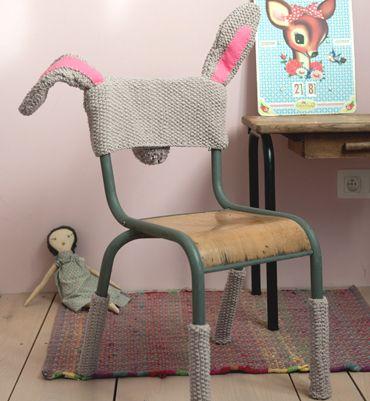 Inspiration : transformer une chaise en lapin ! Dossier et pied de chaise en tricot au point de riz. Source Phildar.