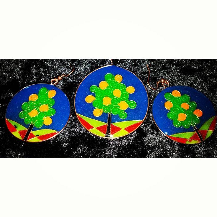 Epoxy resin jewelry summer set with copper wire, orange trees in a Greek orchard :). Unique and colorful. #jewelry #smykker #orange #orangetree #pendant #anheng #øredobber #ørepynt #earrings #resin #harpiks #glowinthedark #pigment #handmade #håndlaget #kobbertråd #copper #wire