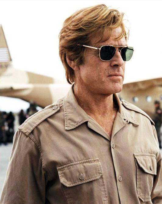 Le charismatique Robert Redford dans le rôle de Nathan D. Muir dans Spy Game arbore avec élégance les lunettes aviator Original Pilot d'AO Eyewear. Retrouvez les lunettes aviator de Robert Redford sur : www.aoeyewear.fr